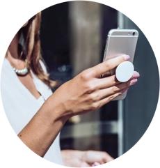 телефон с держателем в руке