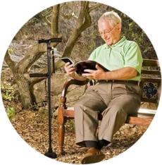 трость помогает пожилым